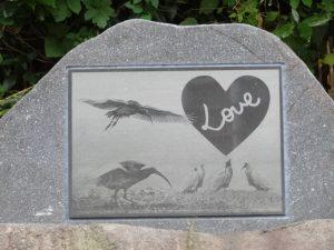ハート の 小さな石碑