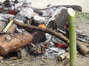 火の番 地酒の燗を竹で