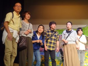 カンゾウ祭り 見学の若者達