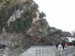 岩肌沿いに 階段が