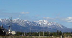 青空に残雪の金北山
