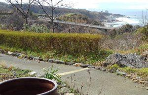 相川の町を見渡せる窓