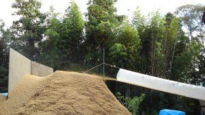 籾すり 籾がらの山