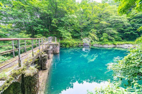 青のダム湖